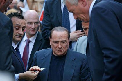 Berlusconi scampa da un'aggressione al comizio di Saronno