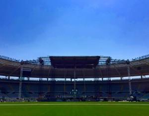 """Il palco de """"Lo stadio Tour"""" in fase di montaggio"""