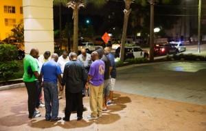 Afroamericani raccolti in preghiera in prossimità della chiesa, dopo la tragedia