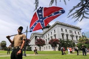 Uno die manfiestanti esibisce di fronte al Parlamento della Carolina del sud la bandiera degli Stati confederati  - Foto: Washington Post