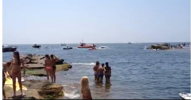 Napoli,  affonda motoscafo a Marechiaro. Spavento tra i bagnanti