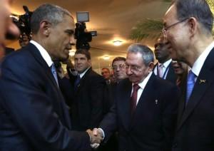 Il presidente Obama e il suo omologo cubano, Raul Castro, durante il loro storico incontro