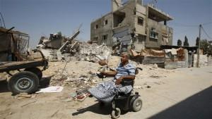 Ali Wahdan di fronte alle rovine della sua casa a Beit Hanoun, nella striscia di Gaza.  Foto :  Suhaib Salem / Reuters