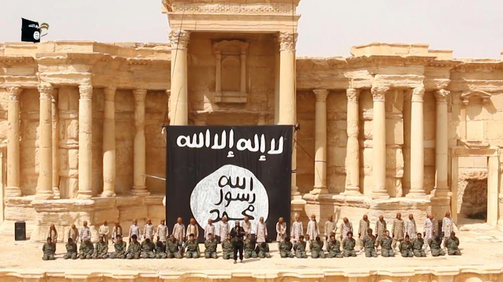Siria: l'ISIS pubblica un video di un'esecuzione di massa a Palmira e subisce un raid aereo