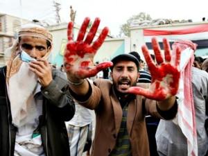Civili che manifestano la loro rabbia esibendo il sangue di civili innocenti Foto: Brebat.com