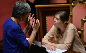 La senatrice Anna Finocchiaro (S), parla con le ministra per le riforme costituzionali Maria Elena Boschi, durante l'esame del ddl Rai nell'aula del Senato, Roma, 31 luglio 2015.    ANSA / MAURIZIO BRAMBATTI