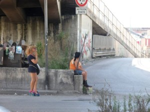le-prostitute-protestano-per-i-rifiuti-in-strada-12-2