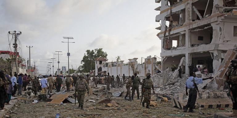 Somalia: 13 morti in un attentato contro un albergo di Mogadiscio