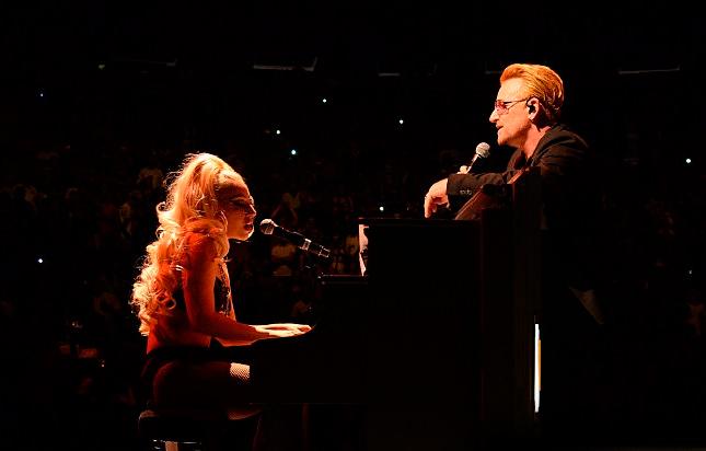 """Lady Gaga duetta con gli U2 in """"Ordinary Love"""" al Madison Square Garden di New York"""