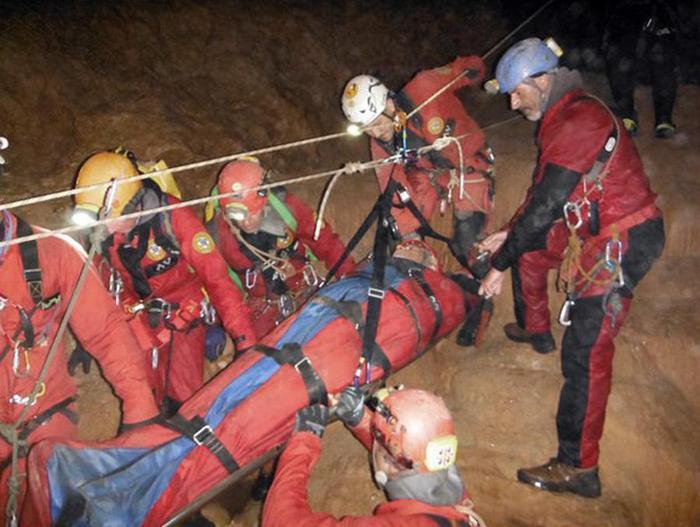 Dopo 48 ore liberato lo speleologo bloccato in una grotta