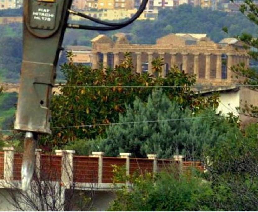 Valle dei Templi, partito l'abbattimento di 650 strutture abusive