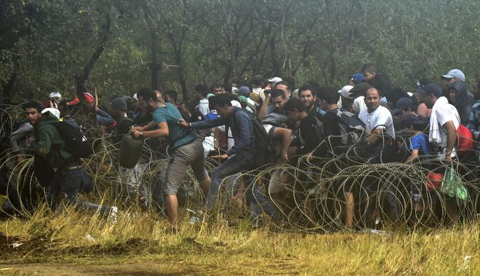 Crolla la frontiera macedone, passano i migranti