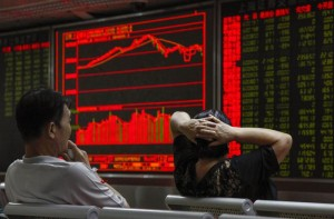epa04895693 Investors monitor stock data on an electronic board at a securities brokerage house in Beijing, China, 24 August 2015. The benchmark Shanghai Composite Stock Index dropped more than seven percent on 24 August, trading down on fears of a slowdown in the world's second-largest economy. The plunge in Chinese equities followed last week's losses of some 11 percent.  EPA/ROLEX DELA PENA