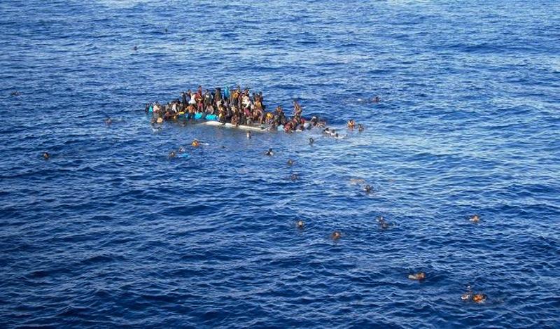 Barcone si ribalta al largo della Libia, 400 persone salvate ma cresce il numero delle vittime