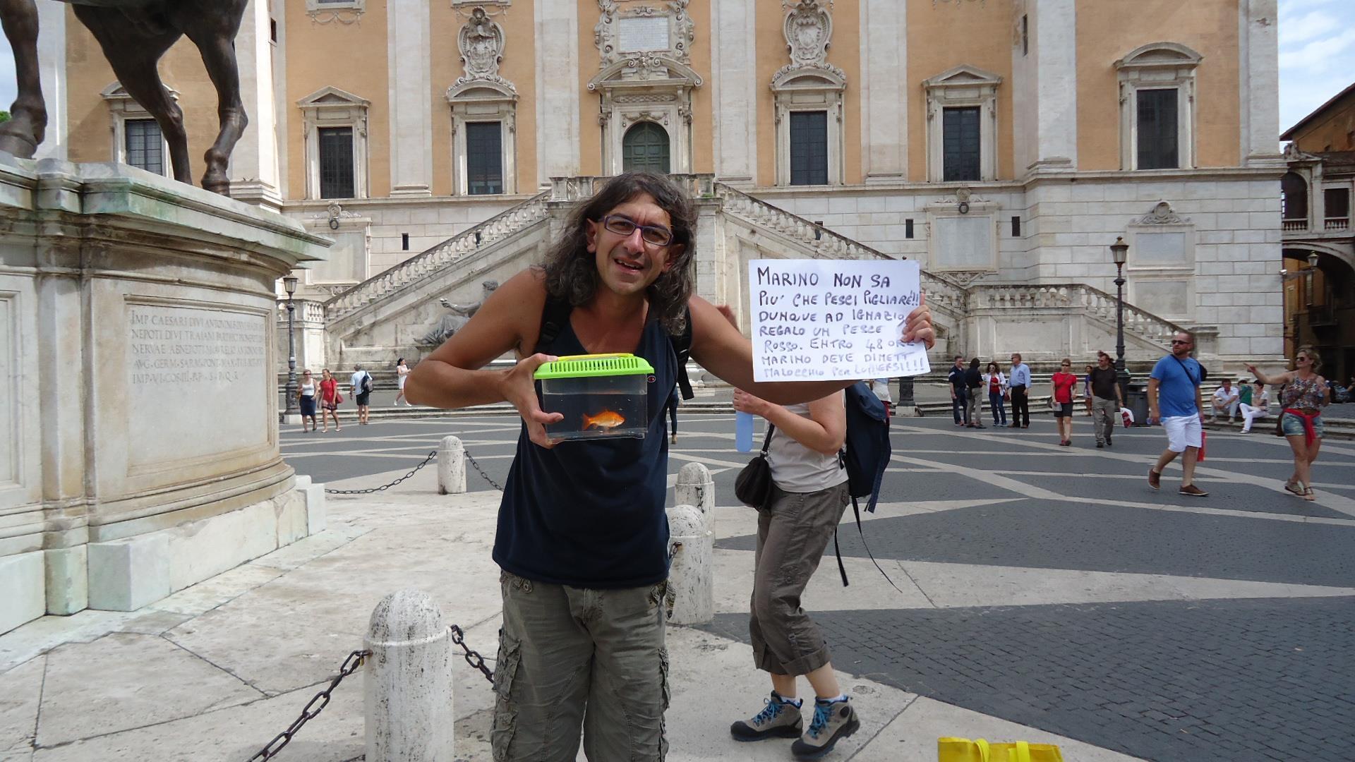 Paolini regala un pesce rosso al sindaco di Roma Ignazio Marino