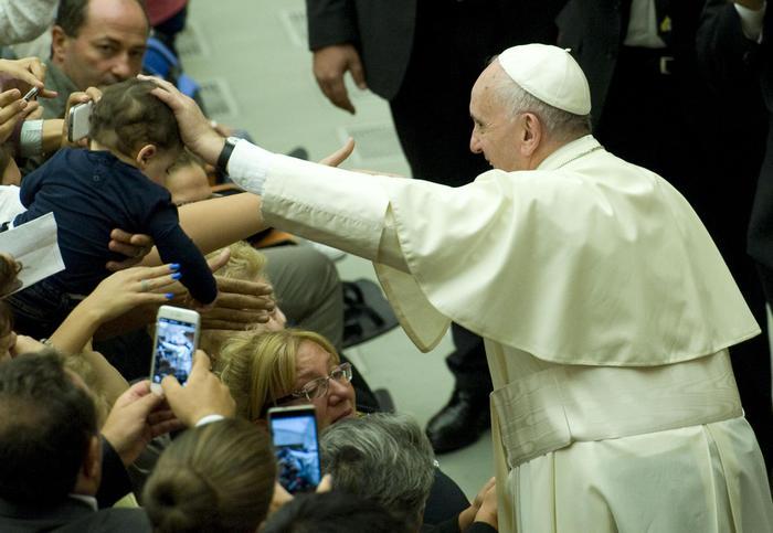 """Bergoglio contro la corruzione: """"Fare insieme e fare per gli altri"""""""