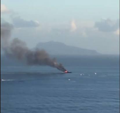 Yacht di De Laurentiis prende fuoco a largo di Posillipo