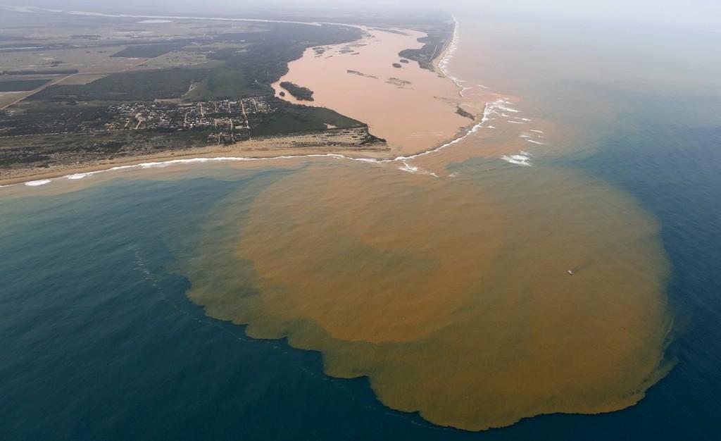 La macchia di fango tossico che invade le acque dell'Atlantico. Crediti: Reuters