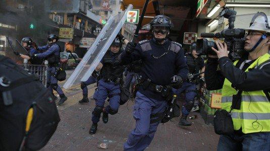 Hong Kong: notte di scontri tra ambulanti e polizia, feriti e arresti