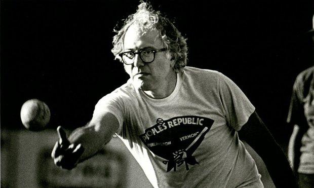 Bernie Sanders fotografato all'Università del Vermont negli anni '80 nel vivo di un'azione di baseball con la squadra della Repubblica Popolare di Burlington. Crediti: Bailey Howe Library
