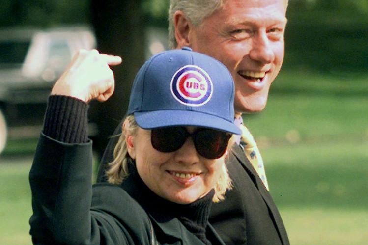 Hillary Clinton è la prima first-lady a sfoggiare un cappellino da baseball. Qui con quello dei Chicago Cubs mentre lalscia la Casa Bianca verso Camp David. Crediti: Associated Press