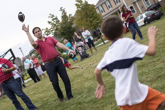 Rubio lancia il pallone a dei bambini durante il Family Night dell'agosto 2015 a Dean Park, Ankeny, Iowa. Crediti: Al Drago / CW Roll Call