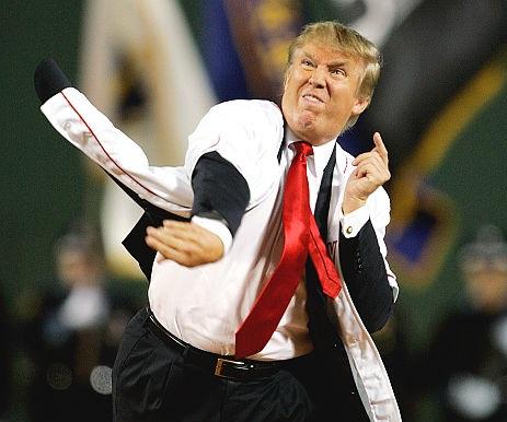 Trump lancia a baseball durante un evento pubblico. Crediti: Charles Krupa / Associated Press