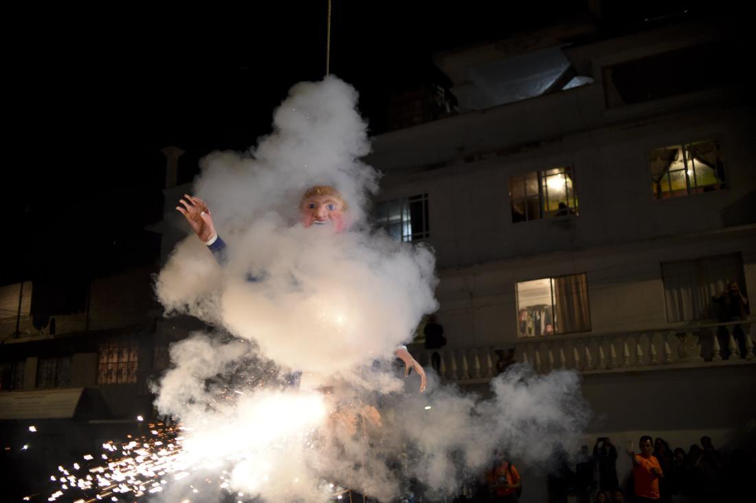 """Trump """"bruciato"""" in Messico la notte di Pasqua"""