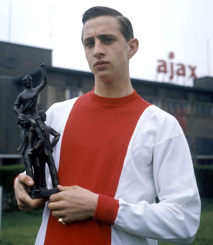 un giovane Johann Cruijff agli albori della carriera con la maglia dell'Ajax