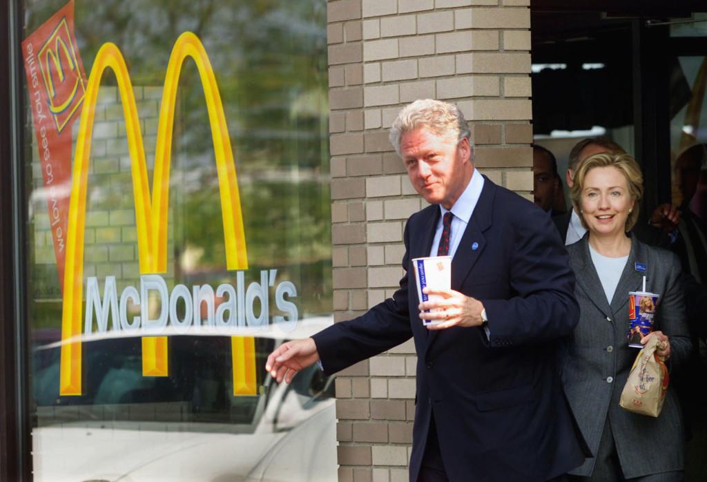 Bill Clinton esce da un punto vendita Mc Donald's con sua moglie, attuale candidata democratica. Crediti: CBS News