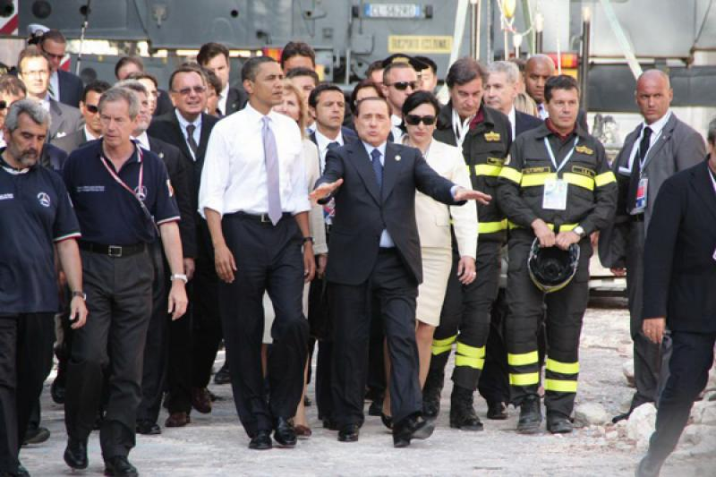 Guido Bertolaso e Silvio Berlusconi accompagnano Barack Obama durante la visita del presidente statunitense all'Aquila del 2009
