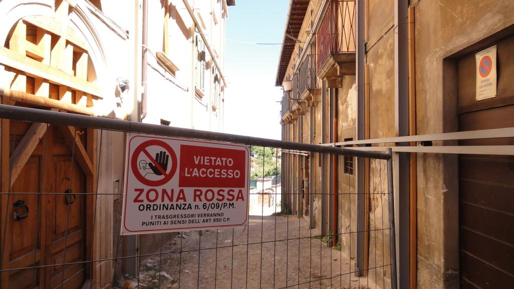 """Una transenna delimita la """"zona rossa"""" nel centro città. Fonte: Il Fatto Quotidiano"""
