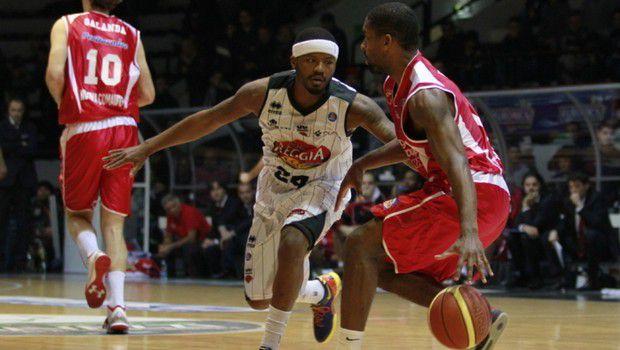 Basket: Virtus Bologna retrocessa, Sassari batte Milano e trova Reggio ai playoff