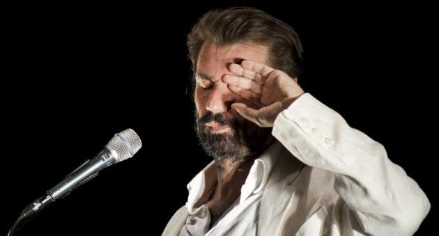 Lo Straniero con il suo bagaglio leggero, al Teatro Franco Parenti