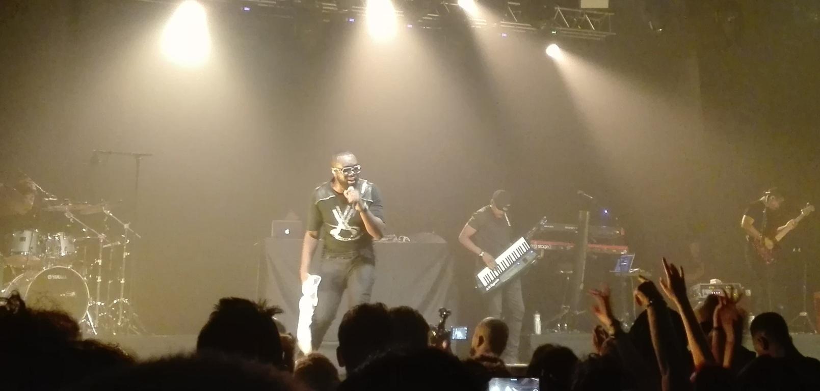 Maitre Gims a Milano: occhiali scuri, ritmi hip hop e un concerto che fa scatenare il Fabrique – VIDEO