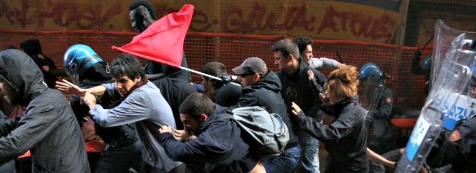 """Salvini a Bologna, polizia carica i centri sociali. Il leader della Lega: """"Servono le ruspe"""""""