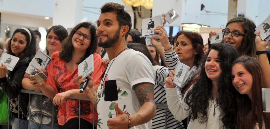 Dall'Isola dei famosi a Bergamo: Marco Carta incontra i fan e presenta Come Il Mondo