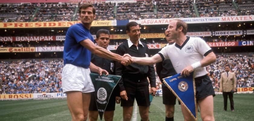 Giacinto Facchetti e Uwe Seeler, rispettivamente capitani di Italia e Germania, si stringono la mano prima del calcio di inizio.