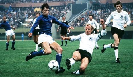Un giovane Marco Tardelli viene contrastato da Vogts.