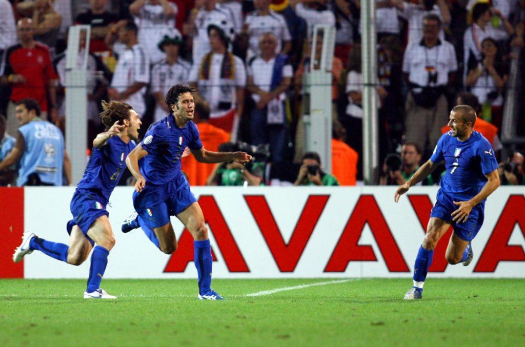 Andrea Grosso, incredulo, esulta con Del Piero e Pirlo dopo aver battuto Lehmann con un tiro a giro.