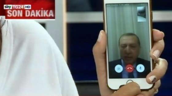 Erdogan parla in televisione via cellulare. Crediti: Ansa