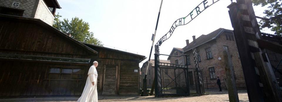 Ad Auschwitz, il Papa parla con il silenzio