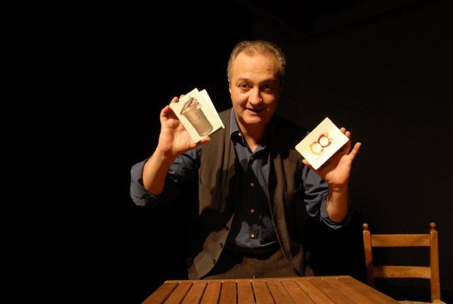 """La munnezza è ricchezza, l'indifferenza dell'indifferenziata:  Ulderico Pesce con il suo """"Asso di monnezza"""" al Teatro Lo Spazio di Roma"""