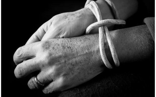Anziano vittima di una banda di giovani: la violenza dilagante
