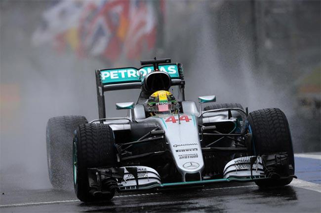 GP Brasile: Hamilton precede Rosberg sotto un'interminabile bufera