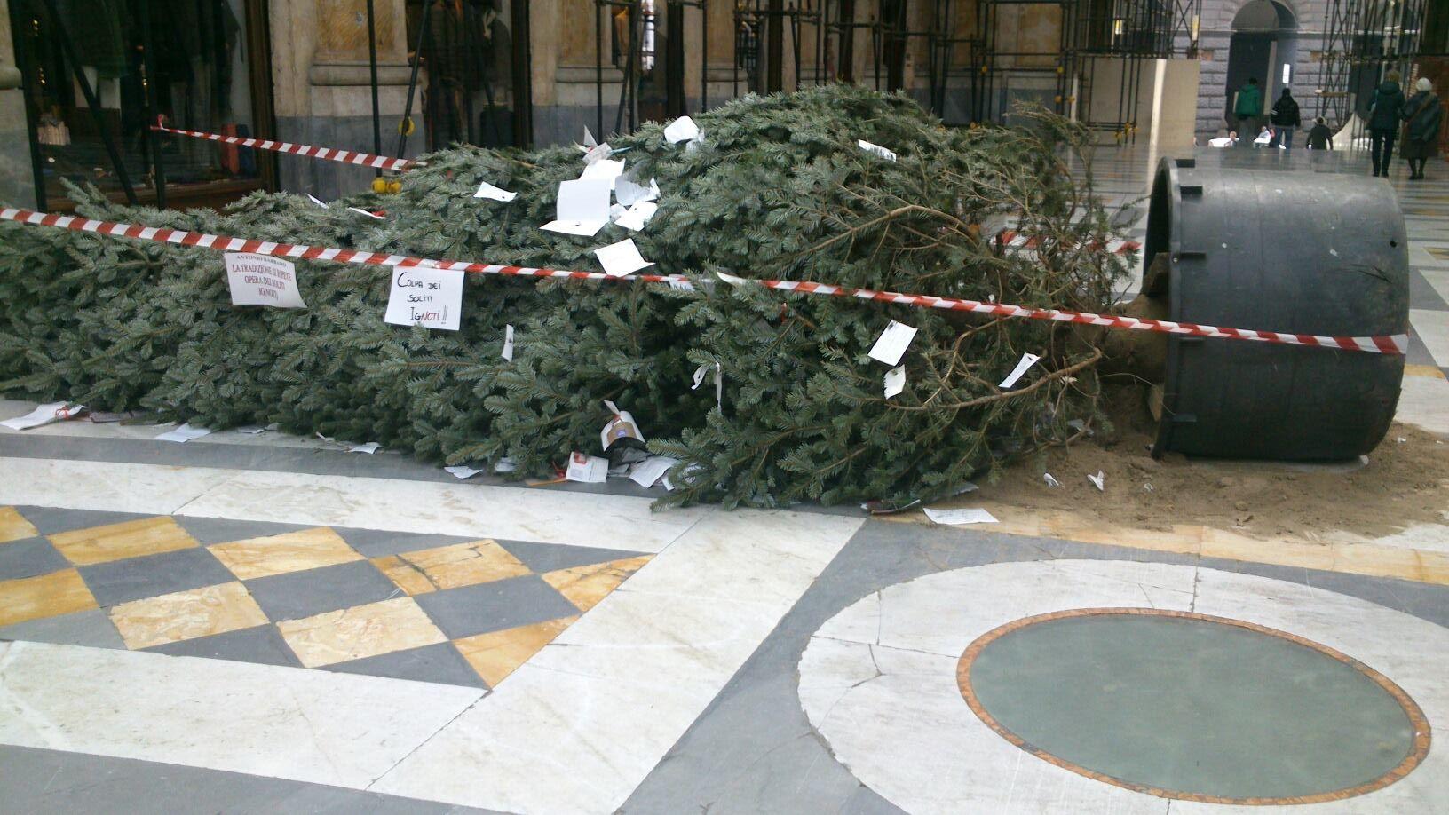 Galleria Umberto I di nuovo allarme: abbattuto albero di Natale dai soliti ignoti…