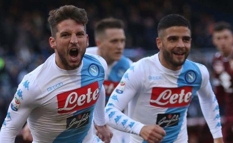 Mertens show e il Napoli vola a meno uno dalla Roma