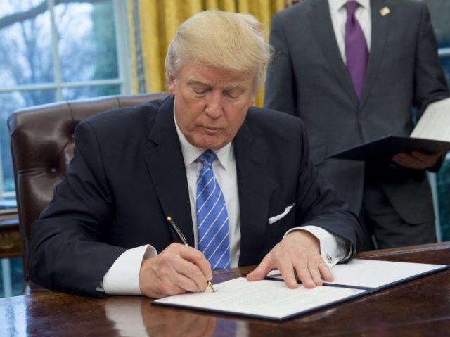USA: Trump mantiene la parola e sgretola il lavoro di Obama