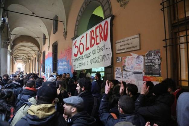 Continuano le proteste per la biblioteca di lettere a Bologna