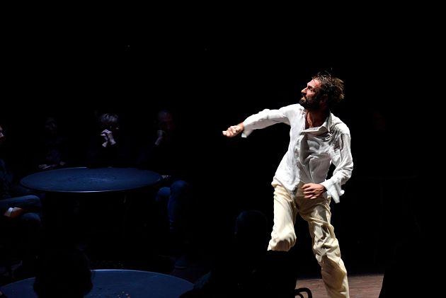 L'ineluttabile destino dello straniero. Fabrizio Gifuni incanta al Teatro Vascello